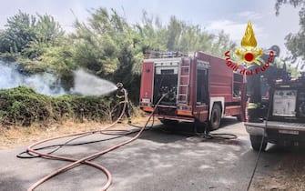 Sono circa 200 le persone evacuate a Porto Alabe, località turistica sulla costa dell'oristanese, minacciata dalle fiamme che ieri sera sono divampate a Santu Lussurgiu e che hanno percorso migliaia di ettari di pascoli e boschi raggiungendo le colline sopra i litorali attorno a Bosa, 25 luglio 2021. Sul vasto rogo tra Santu Lussurgiu e Cuglieri stanno operando simultaneamente quattro Canadair e 3 elicotteri della flotta regionale oltre al Super Puma e a quelli dei Vigili del Fuoco e dell'esercito. Altri mezzi aerei sono impegnati in altri incendi che sono scoppiati anche nel sud Sardegna.  ANSA / us Vigili del Fuoco  +++ ANSA PROVIDES ACCESS TO THIS HANDOUT PHOTO TO BE USED SOLELY TO ILLUSTRATE NEWS REPORTING OR COMMENTARY ON THE FACTS OR EVENTS DEPICTED IN THIS IMAGE; NO ARCHIVING; NO LICENSING +++