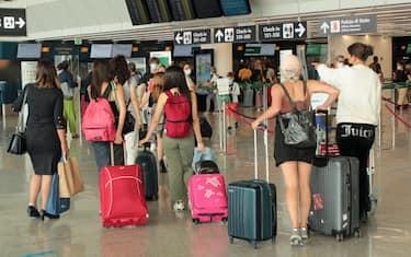 Passeggeri in partenza per le vacanze dal terminal 3 dell'aeroporto 'Leonardo Da Vinci', Fiumicino (Roma), 18 luglio 2021. ANSA/ TELENEWS