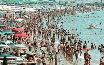 Una spiaggia affollata di bagnanti
