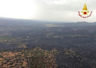 """Foto pubblicata sul profilo Twitter dei Vigili del Fuoco , 26 luglio 2021. """"Sorvolo con l'elicottero dei #vigilidelfuoco sulle zone dell'oristanese interessate da incendi boschivi: al momento non risultano evidenti fiamme attive. Continuano le operazioni di bonifica, anche dall'alto con i #canadair, per cercare di evitare possibili ripartenze #26luglio"""", il post. PROFILO TWITTER VIGILI DL FUOCO"""