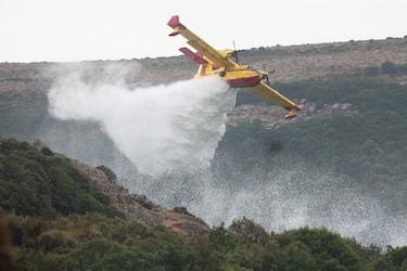 L'intervento dei Canadair per il grande incendio a Santu Lussurgiu, 26 luglio 2021. ANSA/FABIO MURRU