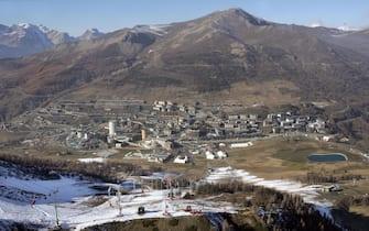 Una veduta di Sestriere, sede delle Olimpiadi invernali di Torino 2006, in una immagine del novembre 2005. ANSA/ALESSANDRO DI MARCO
