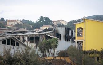 Alcuni capannoni distrutti a causa dell'incendio che ha colpito Sennariolo, l'oristanese, in Sardegna, 26 luglio 2021. ANSA/FABIO MURRU