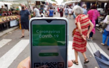 Europa, Italia, MIlano - Scritte no vax contro la vaccinazione anti covid-19 Coronavirus e Green pass digitale per viaggiare , frequantare la scuola e i luoghi affollati come bar e ristoranti