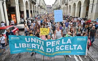manifestazione contro il green pass a Torino, 31 luglio 2021 ANSA/ ALESSANDRO DI MARCO