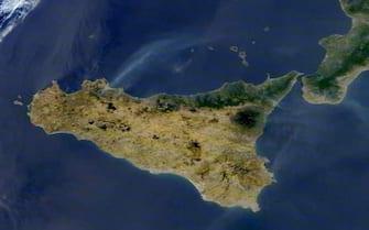 La colonna di fumo sollevatasi dagli incendi divampati negli ultimi giorni a Piana degli Albanesi, nel palermitano, è stata fotografata anche dalla Nasa attraverso un satellite Roma 31 luglio 2021 ANSA/ NASA