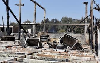 """Oggi si contano i danni causati dai numerosi e vasti incendi che ieri hanno interessato il catanese, e in particolar modo la plaia. Totalmente distrutto il l lido """"Le Capannine"""".   ANSA/Orietta Scardino"""