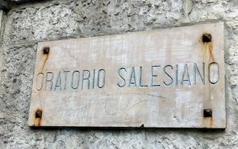 La targa dell'Oratorio Salesiano di Andria frequentato da Alessandra Bianchino, una delle vittime dello scontro tra due treni in Puglia. Andria, 14 luglio 2016. ANSA/ MILENA DI MAURO