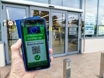 Una ricostruzione grafica del Green pass, il certificato digitale Covid dell'UE all'ingresso di un supermercato. Torino 15 luglio 2021 ANSA/TINO ROMANO