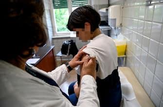 Infermiera fa il vaccino a una donna incinta