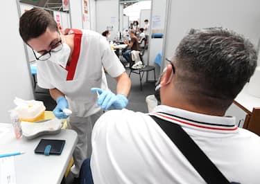 A health workers administers a dose of Pfizer vaccine at the Novegro Vaccination hub in Novegro, near Milan, Italy, 23 July 2021. ANSA/DANIEL DAL ZENNARO