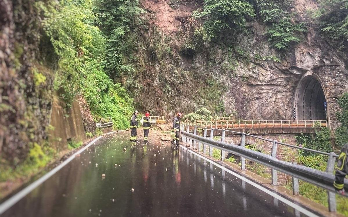 La frana sulla strada tra Bellano e Taceno