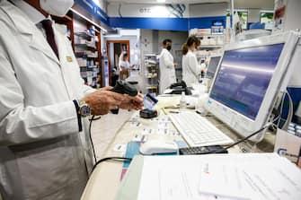 L interno di una farmacia dove viene stampato il green pass Covid-19, Roma 26 luglio 2021. ANSA/FABIO FRUSTACI
