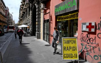 Una farmacia di  Napoli dove si  effettuano tamponi rapidi per il Covid-19, 5 maggio  2021.  ANSA/CIRO FUSCO