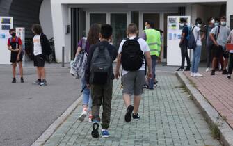 Studenti entrano a scuola