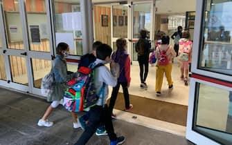 Studenti entrano in una scuola