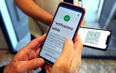 Il controllo del green pass allÂ?ingresso del Cenacolo Vinciano  a Milano, 6 Agosto 2021.  ANSA / MATTEO BAZZI