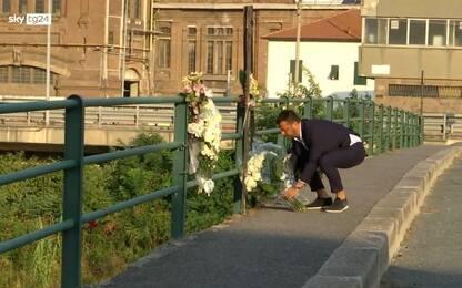 Ponte Morandi, l'allenatore della Samp D'Aversa depone 43 rose bianche