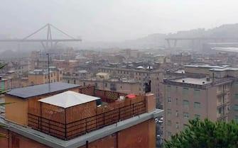 Il ponte Morandi parzialmente crollato a Genova, in un'immagine tratta dal profilo Twitter del consigliere comunale Pd Ugo Truffelli, 14 agosto 2018. PROFILO TWITTER UGO TRUFFELLI +++ ATTENZIONE LA FOTO NON PUO' ESSERE PUBBLICATA O RIPRODOTTA SENZA L'AUTORIZZAZIONE DELLA FONTE DI ORIGINE CUI SI RINVIA +++ ++ HO - NO SALES, EDITORIAL USE ONLY ++