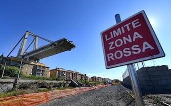 Il moncone di ponte Morandi visto dal limite della Zona Rossa. Genova, 04 ottobre 2018. ANSA/LUCA ZENNARO