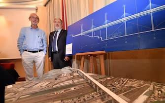 Il sindaco di Genova Marco Bucci e l'architetto Renzo Piano (S) nel corso di una conferenza stampa sulla presentazione del progetto del nuovo viadotto dopo il crollo del ponte Morandi, 7 settembre 2018. ANSA/LUCA ZENNARO