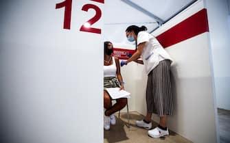 """Presso l'Hub la Vela la due giorni Open Day Junior """"Torniamo allo stadio, vacciniamoci!"""", Roma, 13 agosto 2021. """"L'iniziativa - spiega l'assessore regionale alla Sanità, Alessio D'Amato - è promossa dal Policlinico Tor Vergata - Croce Rossa Italiana, in collaborazione con la AS Roma e la SS Lazio, per promuovere la vaccinazione e per tornare in sicurezza allo stadio"""". Chi effettuerà il vaccino presso l'hub La Vela riceverà un gadget ufficiale della propria squadra del cuore. ANSA/ANGELO CARCONI"""