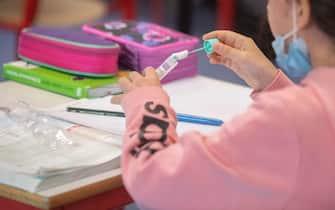 Alunna mentre si sottopone a un tampone salivare in classe