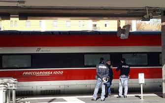 Un trano Frecciarossa controllato dalla Polizia, Bologna, 07 novembre 2019. Ha 47 anni l'uomo che in mattinata ha ferito a coltellate due persone su un treno Frecciarossa in viaggio fra Reggio Emilia e Bologna. Il 47enne, italiano, si trova in stato di fermo con l'ipotesi di reato di tentato omicidio. ANSA / Gianluca Angelini