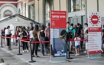 Coronavirus Covid 19. Lunga fila per effettuare il tampone gratuito presso la croce rossa all'esterno della stazione do Porta Nuova. Torino 07 agosto 2021 ANSA/TINO ROMANO
