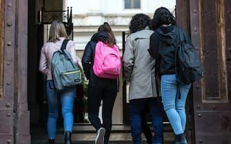 Studenti allÕingresso del liceo Visconti per la riapertura della didattica in presenza nelle scuole superiori, Roma, 07 aprile 2021. ANSA/ANGELO CARCONI