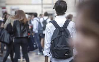Studenti e professori  all'ingresso del liceo Ennio Quirino Visconti per l'inizio del nuovo anno scolastico a Roma 12 Settembre 2016, ANSA/GIUSEPPE LAMI