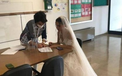 Martina Franca, prof precaria firma il contratto vestita da sposa