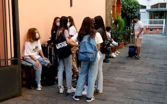L'ingresso per il primo giorno di scuola degli studenti della scuola secondaria Cardinal Borromeo in via Felice Casati a Milano, 13 settembre 2021.ANSA/MOURAD BALTI TOUATI