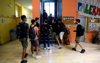 L'ingresso degli studenti il primo giorno di scuola al liceo scientifico Alessandro Volta a Milano, 13 settembre 2021.ANSA/MOURAD BALTI TOUATI