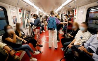 Passeggeri a bordo della metropolitana a Milano, 13 settembre 2020.ANSA/Mourad Balti Touati