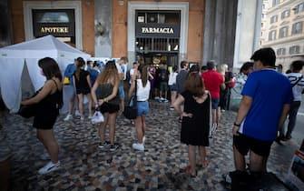 La fila per il tampone fuori una farmacia, Roma, 14 agosto 2021. ANSA/MASSIMO PERCOSSI