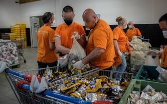 I volontari dell�organizzazione 'Pane Quotidiano' distribuiscono generi alimentari alle persone in difficoltà, Milano, 19 maggio 2021.  ANSA/ MATTEO CORNER