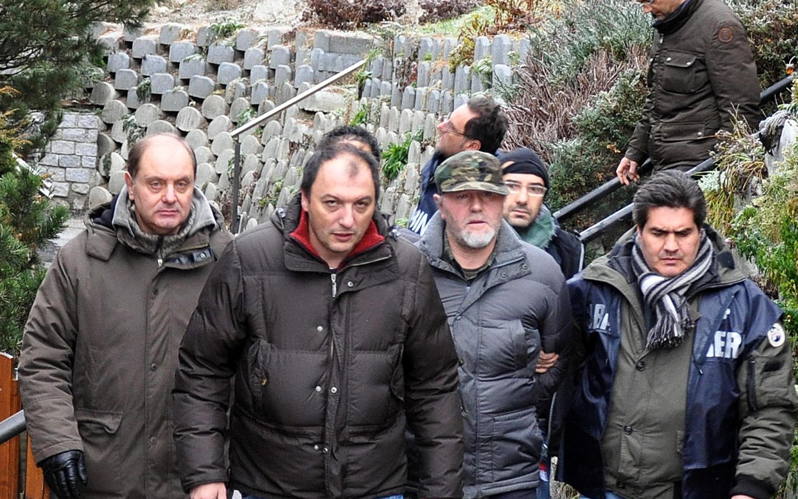 Il rapinatore latitante Max Leitner (S-3), 52 anni di Bressanone, viene accompagnato dai Carabinieri in una fase successiva all'arresto, avvenuto oggi 7 dicembre 2011 poco dopo l'alba in Alto Adige dopo l'ennesima evasione, in una foto diffusa dagli stessi militari dell'Arma. ANSA / UFFICIO STAMPA CARABINIERI +++NO SALES, EDITORIAL USE ONLY+++
