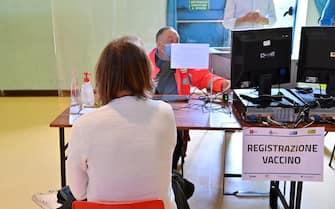 Persone si sottopongono al vaccino nel nuovo Hub vaccinale dell Ausl Toscana Centro ospitato alla Casa del Popolo di Grassina, nel comune di Bagno a Ripoli, 8 Maggio 2021. ANSA/CLAUDIO GIOVANNINI