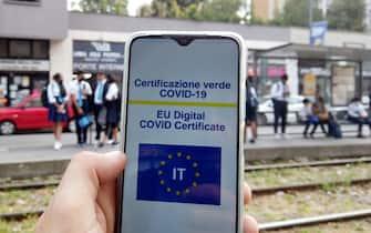 Europa, Italia, Milano - Green Pass certificazione elettronica di avenuta vaccinazione anti Covid-19 Coronavirus - Obbligatoria per andare al lavoroe a scuola , usare i mezzi pubblici e per fare sport