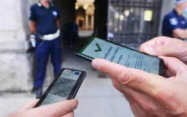Milano, Green Pass per laccesso ai Pubblici Uffici (Milano - 2021-09-17, Maurizio Maule) p.s. la foto e' utilizzabile nel rispetto del contesto in cui e' stata scattata, e senza intento diffamatorio del decoro delle persone rappresentate