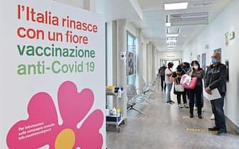 cartello che indica l'area vaccini in un centro