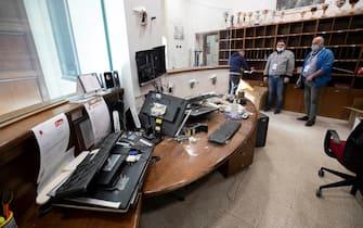 I danni all'interno della sede della Cgil di Roma