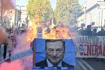 Una gigantografia di Mario Draghi data alle fiamme dagli studenti che stanno manifestando in corteo a Torino, 11 Ottobre 2021. Davanti alla sede del Miur, in corso Vittorio Emanuele, è stata bruciata anche una bandiera dell'Europa, Torino, 11 ottobre 2021 ANSA/ALESSANDRO DI MARCO