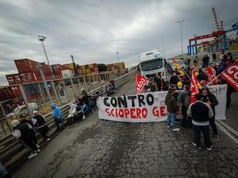Protesta Cobas e Usb anche a Napoli: bloccata, poco fa, una rampa di accesso all'autostrada nella zona Porto della città, 11 Ottobre 2021. ANSA/ABBATE