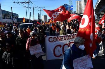 Un momento della manifestazione per lo sciopero generale indetto dalle sigle sindacali Cobas Usb che hanno aderito anche ai No Green Pass, 11 ottobre 2021. ANSA/LUCA ZENNARO