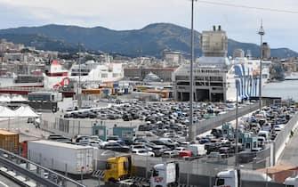 Lunghe code di auto e mezzi pesanti per entrare nel porto verso il Terminal  Traghetti. Genova, 17 luglio  2021. ANSA/LUCA ZENNARO