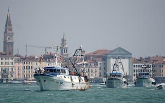 Pescherecci del comparto ittico di Chioggia in navigazione lungo il bacino di San Marco, diretti al meeting point della Capitaneria di Porto per la protesta contro la riduzione delle quote pesca introdotte dalla commissione UE, oggi 12 giugno 2021. ANSA/ANDREA MEROLA