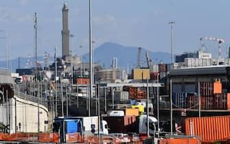 Il trasporto dei container al porto di Genova, 13 ottobre 2021.  ANSA/LUCA ZENNARO