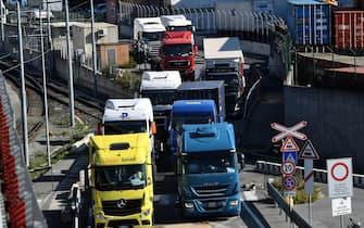 Movimentazione dei container nella zona del Varco di Ponente del porto dal Terminal Messina. Genova, 13 ottobre 2021. ANSA/LUCA ZENNARO
